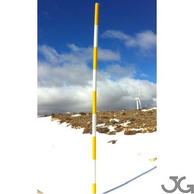 Jalón o baliza de nieve, fabricado en acero galvanizado con diferentes niveles de reflectancia. Indicado para balizar la carretera, en localizaciones en las que la nieve llega a cubrir el balizamiento horizontal (captafaros, hitos, etc)