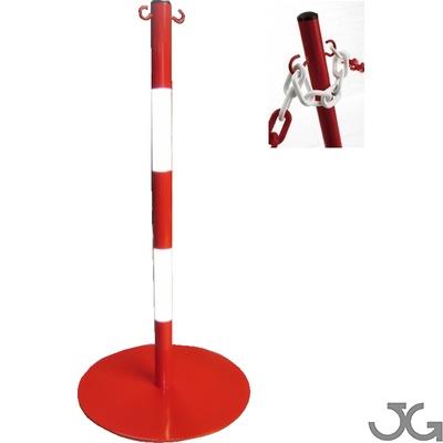 Postes metálicos con base circular metálica, fabricados en bandas blancas y rojas o amarillas y negras.  Ligeros, con 2 argollas para enganche de cadena con base pesada.
