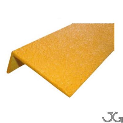 Cantonera de fibra de vidrio amarillo. Este perfil es ideal para aplicar en todo tipo de escaleras tanto en áreas industriales como comerciales, dotándoles de visibilidad