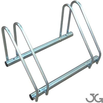 Aparcamiento para bicicletas fabricado en acero galvanizado. Tubo de hierro de Ø40 y Ø60 mm galvanizado. Módulo de 2 plazas. Peso: 4 kg. Dimensiones instalado: 58x33x36cm
