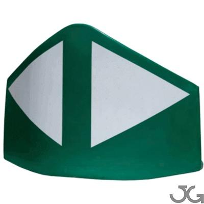 Baliza divergente monopieza N170 170cm, azul o verde, fabricada en polietileno de alta densidad de una sola pieza. Reflectante H.II, fabricado en aluminio microprismático. Se fija al suelo mediante 3 tornillos (incluidos). Hito de vértice para balizamient