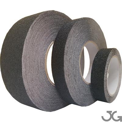 Cinta antideslizante negra con base autoadhesiva acrílica adecuada para la aplicación en superficies lisas. Disponibles en medidas de 50mm x 18m, 25mm x 18m y 25mm x 5m