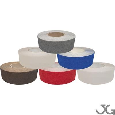 Cintas antideslizantes con base autoadhesiva adecuada para la aplicación en superficies lisas de medidas. Disponible en gris, marrón, rojo, blanco, azul y transparente. Medidas de 50mm x 18m