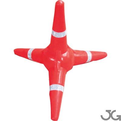 Cono tetrápodo naranja de 38x43cm. Cuatro bandas reflectantes de nivel 2 de 25mm. Elemento de señalización de forma tetrapoidal, lo cual le permite estar siempre en posición vertical. Tetrápodo control policial