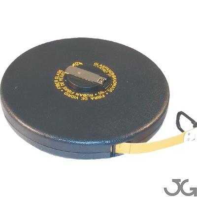 Cinta métrica de fibra de vidrio con carcasa de ABS, marcada por una cara. Color de la cinta: Amarillo. Medida: 15mm x 50m. Posee sistema de rebobinado manual, gancho de plástico abatible que facilita la fijación en diferentes superficies.