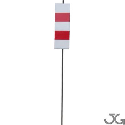Piqueta de señalización vertical con placa metálica y vinilo reflectante Reflex N-1 blanco y rojo de 30x10 cm. Altura de 85cm. Varilla maciza de 8 mm diámetro. Hito señalización en obras. Piqueta de obra
