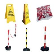 Postes y cadenas de plástico, precaución suelo mojado