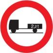 R-112 Entrada prohibida a vehículos de motor con remolque, que no sean un semiremolque o un remolque de un solo eje